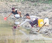 People fetching water on March 26 2015 as Imphal city is facing Water scarcity :: Gallery